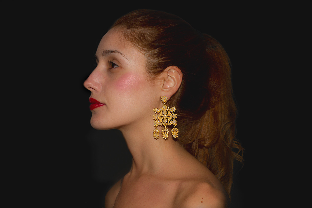 18k gold filigree earring handcrafted by Sardinian goldsmith Loredana Mandas